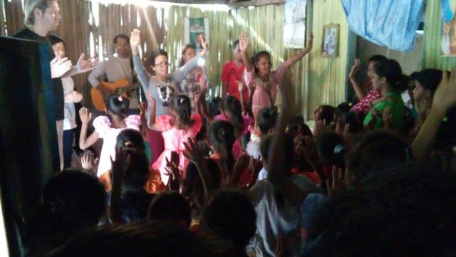 Kunjungan ke Pos Pelayanan GDS Soe di Oenlasi, Kabupaten   TTS, NTT-mendoakan anak-anak-1