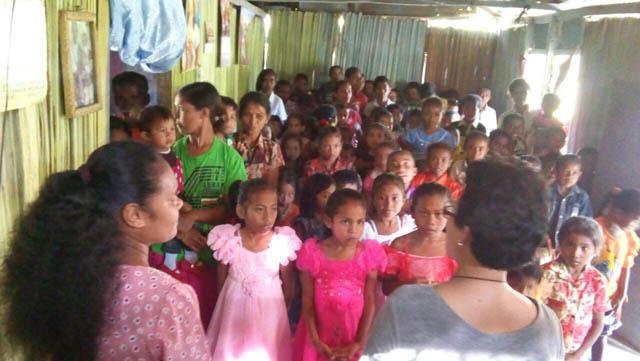 Kunjungan ke Pos Pelayanan GDS Soe di Oenlasi, Kabupaten   TTS, NTT-mendoakan anak-anak-2