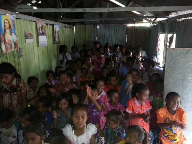 Kunjungan ke Pos Pelayanan GDS Soe di Oenlasi, Kabupaten   TTS, NTT-mendoakan anak-anak